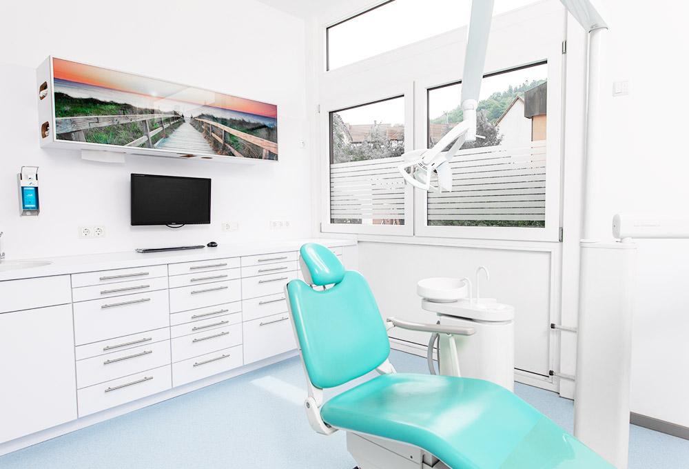 Grüner Behandlungsstuhl für Patienten in der Zahnarztpraxis Dr. Gallenbach in Eberbach.